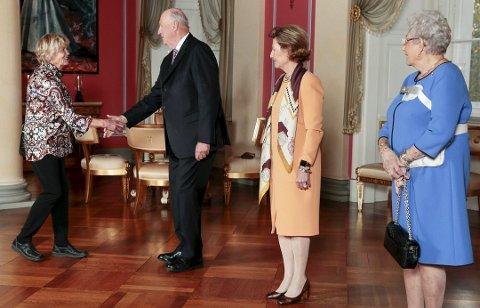 PÅ SLOTTET: Else Bjørg Finstad kommer fram og hilser på kong Harald. Deretter dronning Sonja og prinsesse og Astrid. (Foto: Lise Åserud/NTB Scanpix)