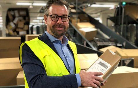 Mange pakker. Pressesjef John Eckhoff med en av cirka fire millioner pakker som går gjennom Posten og Brings Logistikksenter Oslo før jul.