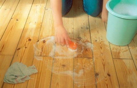 UMULIG: Kjøperne av huset oppdaget at det var umulig å fjerne det grå og klissete belegget på gulvene.