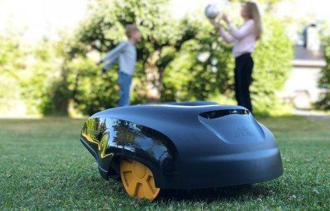 Med en robotgressklipper slipper du å klippe gresset selv.