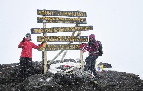 TIL TOPPS: Endelig på toppen! Uhuru Peak 5895 moh.
