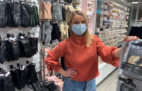 UVANT: Lene Bjørnelykke er en av flere butikkansatte ved kjøpesenteret som jobber med munnbind.