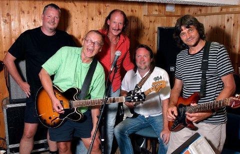 SOLMODNE: De solmodne Menn. Fra venstre Øystein Lien, Jørn Pettersen, Jan Sigurd Pettersen, Roger Willy Aardelen og Bent Bredesen. Bildet er tatt før en gjenforeningskonsert under bluesfestivalen i 2006.