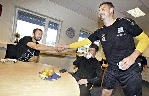 MÅ TA DET MED RO: Øyvind Hoås er foreløpig satt ut av spill med prolaps i nakken. Keeper Conny Månsson og Tor Erik Torske håper han snart er tilbake i spill.