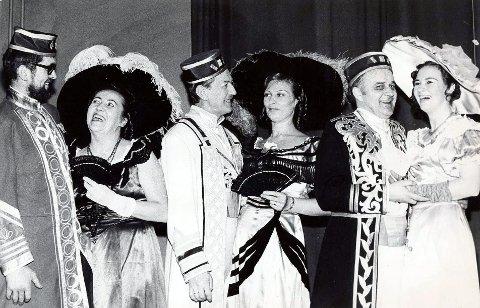 Dette bildet er fra «Elskovsdrikken» i 1971. Her har vi knipset seks lokale aktører som hadde sentrale roller i forestillingen. Fra venstre Tore Oppedal, Ranka Frey Svensson, Per Wammer, Gunn Todal, Jan