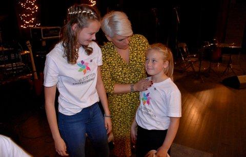 MEDHJELPERE: Toril Moe fikk hjelp underveis av både danser og sanger Ine Fiske og Andrine Kvernberg Bævre, som var ei av de flotte sangerne i barnekoret som var med på ekstranummeret Let´s talk About Love.