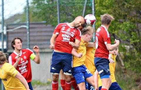 Det ble tøffe tak under oppgjøret mellom Dahle IL og KFK. Her forsøker KFKs Jan Roger Angvik å heade ballen i mål.