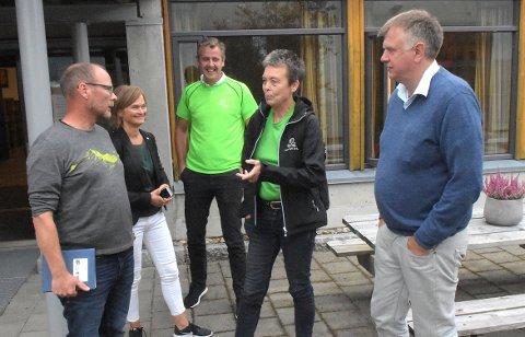 BESØK: Rektor Mons Otnes (til venstre) fikk en gjeng Sp-ere på besøk fredag: ordførerkandidat Margrethe Svinvik, listekandidat Nils Håvår Øyås, fylkesordførerkandidat Kristin Sørheim og Bernt Venås som er 9. kandidat på fylkestingslisten.