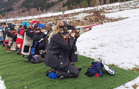 Jorun Snekvik (nærmest), Bjørn Snekvik og 63 andre var med på feltstevne i Gjemnes i helga. Foto: Bjørn W. Heggem