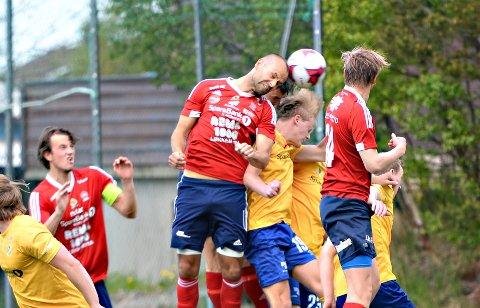 KFK og Dahle håper å komme i gang med sesongen i midten av juni. Her ser vi Jan Roger Angvik i hodeduell med Dahle-spillere fra en tidligere kamp.
