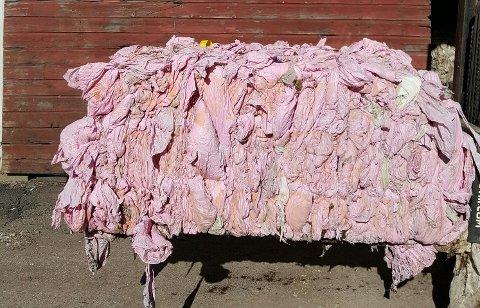 ROSA SAMLING: Plasten sendes til materialgjenvinning. Ballen på bildet veier 780 kilo. (Foto: Privat)