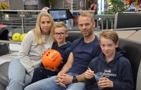 PÅ BESØK: Silje Myrslo Oksås (36), Niklas Kjølstad (10), Johan Kjølstad (38) og Adrian Kjølstad (13) var på ferie i Steinkjer den første dagen i høstferien i år. De er der for å besøke familien, og tok seg en tur på bowlingen mandag.