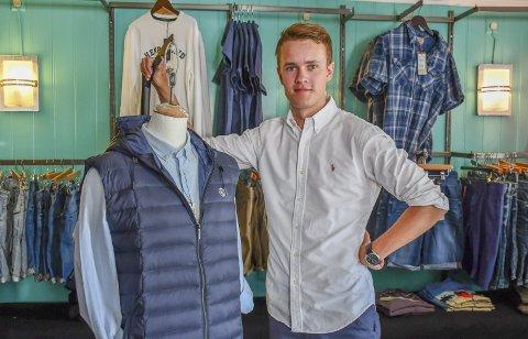 Øystein André Pettersen: Trives med å selge klær i den gamle tollboden på brygga i Tvedestrand. Foto: Olav Loftesnes