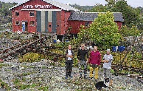 Kommer på Tysk TV: Eric Amundsen (fv), Arne Marcussen Hübertz, Christophe Pinck og Ivor Boorman utgjør snekkeriet 4915 AS. 1. juledag havner de på tyske TV-skjermer.