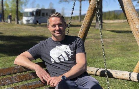 Annerledes sommer: John Sigridnes driver Sigridnes camping. Han forteller om en annerledes sommer – med mye besøk av campinggjester, men ingen konsertarrangementer. Nå søker han økonomisk bistand fra Kulturdepartementet. Foto: Siri Fossing/arkiv