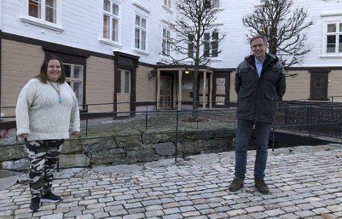 Avdelingsleder for helse og familie, Kristin de Lange Johannessen formidler korona-resultatene mens kommuneoverlege Hans Tomter i to dager er på jobb i sin oberstløyntnant-stilling i Forsvaret.