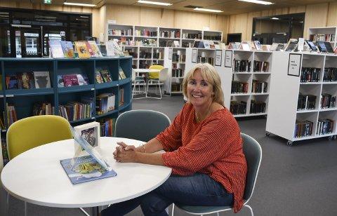 Spesielt tilbud: Vegårsheis biblioteksjef Sonja Lindtveit gjør klar bøker og leverer på utsiden for de som vil låne. Hun forteller at hun satte i gang dette tilbudet da hun så at Risør hadde startet et slikt take away-bibliotek som følge av koronakrisen.Arkivfoto