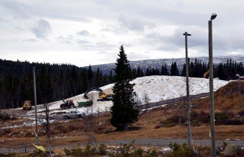 Snø: Om to uker kjøres snøen under flishaugen ut til fem kilometer med skiløyper på Beitostølen.