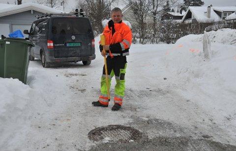 INSPISERERSKADEN:Fagarbeider Kjell Marka sjekker at alt er som det skal være på bruddstedet i Nyveien dagen derpå.