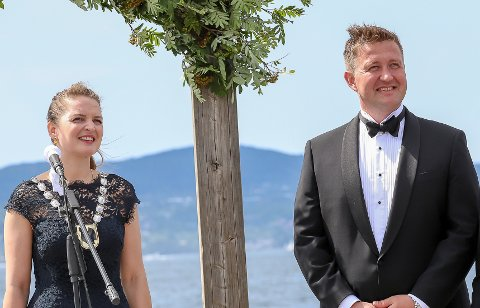 Avventer: Ingrid og Truls speider etter brudefølget.