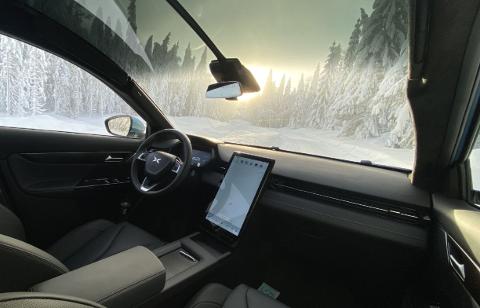 Frontrute som strekker seg langt oppover på taket, stående skjerm, ingen knapper, digitale instrumenter og samme girspake på rattstammen. Joda, det er ingen tvil om at Xpeng har latt seg inspirere av Tesla. G3 Smart SUV er en spennende elbilnykommer på det norske markedet.