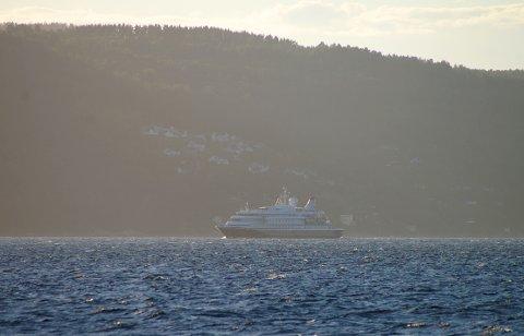 Cruiseskipet Seadream I passerte Hvitsten sent onsdag kveld som det første etter en lang koronapause.