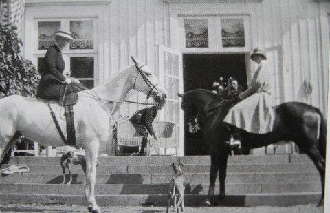 CELEBERT: Dronning Maud og Sylvia Salvesen klar for en ridetur fra Ekeberg gård. Bildet er etter all sannsynlighet tatt midt i 1930-årene. «Linselusen» som kan skimtes er trolig en av sønnene fra annet ekteskap.  Fotograf: Ukjent/alle bildene hos Oslo Bymuseum