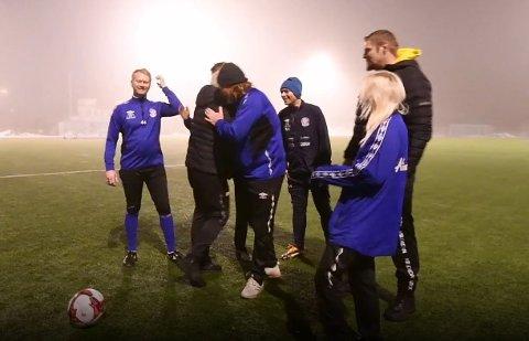 Gatelaget ble mildt sagt overrasket da Gjensidigestiftelsen dukket opp på Rolvsrud stadion tirsdag kveld. Se video av øyeblikket litt lenger ned i saken!