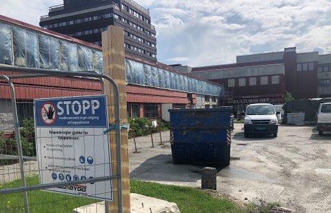 OMBYGGINGEN TAR TID: Det forventes nå at ombyggingen av legekontoret på Tynset ikke er ferdig før i starten av november.