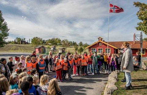 LEVER VIDERE: Da Kroer skole ble reddet fra nedleggelse i høst ble det feiret med flagget til topps i Kroer. Anna Solberg skriver at Kroerfolket nå må få beholde skolen sin i fred.