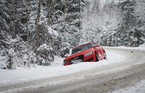 HER GIKK DET GALT: Denne sportsbilen føyk av veien i Ås denne morgenen.