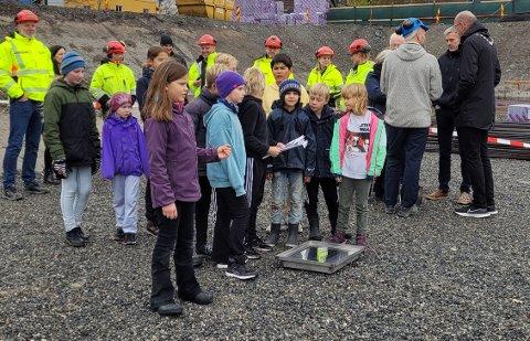 LA NED GRUNNSTEIN: Elever ved Åsgård skole var med på å legge ned grunnsteinen for den nye skolen.