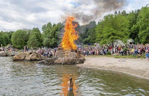 SLIK VI KJENNER ST. HANS PÅ BREIVOLL: Bål på Breivollskjæret og stort oppmøte.