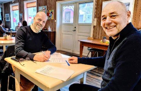 Avtale: Ole J. Rugset (t.v.) og Odd-Arild Bugge under signeringen.