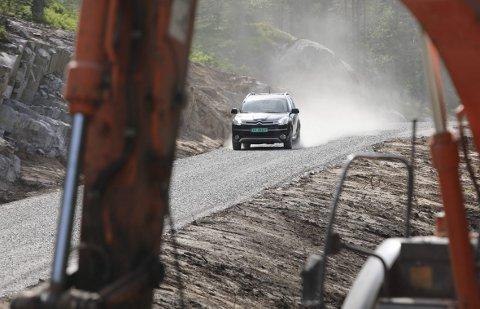 Støvete: 650 meter med ny vei over Myklandsmyra har spist opp hele veibudsjettet til kommunen. Mens veien venter på asfalt, får hjulene kjørt seg på grov grus.foto: stig sandmo