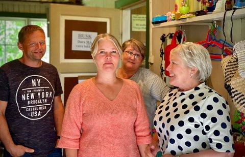 Medlemmene i «Norge-Moldova Livskvalitet og utvikling» bytter på å ekspedere i butikken. Aasmund Løvdal, Vibeke Maria Andersen, Kristin Schedin og Paula Berntzen synes det er en trivelig oppgave.