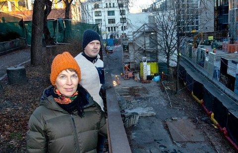 Sigrid Moldestad og Kristian Moe i Ruseløkka FAU vil stenge av deler av Ruseløkkveien for biltrafikk. Den inngjerda stripa med skolegård på nedsiden av skolen grenser vanligvis rett ut mot bilveien. Dette på bekostning av elevenes trygghet.
