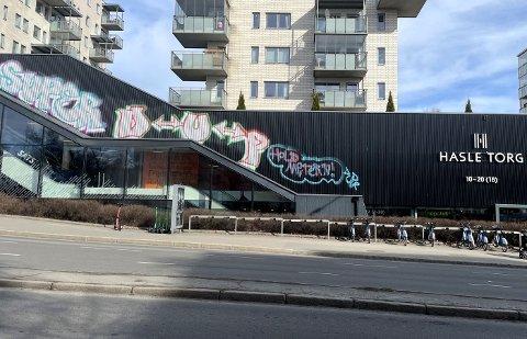 SKADEVERK: Hasle Torg har fått en «ny» og uønsket fasade.