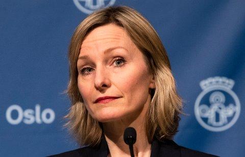 Byråd for oppvekst og kunnskap Inga Marte Thorkildsen (SV) utsetter overgangen til rødt nivå for skoler og barnehager på grunn av forsinkelser med de nasjonale smittevernveilederne.