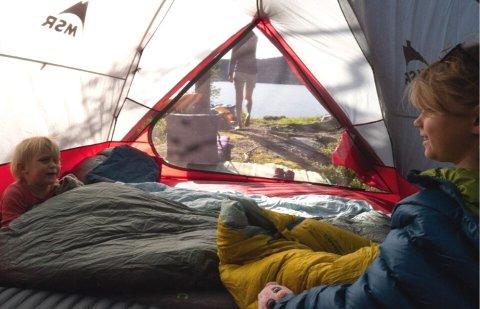 FRILUFTSOVERNATTING: Å ha små barn trenger ikke sette en stopper fra å sove ute i naturen, verken om sommeren eller vinteren. Marius Olsen deler sine beste tips til andre foreldre, ut fra sine egne erfaringer.