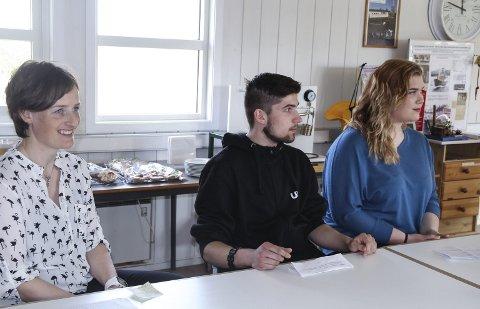 Kan forska vidare: Matte og naturfaglærar Rannveig Sundsbø Iversen (t.v) og elevane Jakub Matuszewski og Idunn Brubakken, begge Vg1 TIPA, er godt fornøgd med at dei no kan forska vidare.