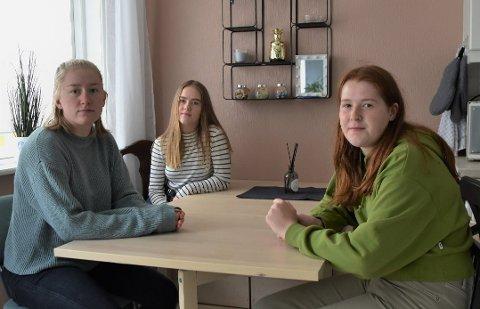 Sara Høivaag (18), Anna Nedregård (17) og Aileen Emilie Knutsen (17) fra Hamarøy måtte flytte til Bodø for å gå på videregående skole. Men med borteboerstipend på 4.100 kr og boutgifter på 5000 kr i måneden, er det vanskelig å få hjulene til å gå rundt. Foto: Silje Furulund