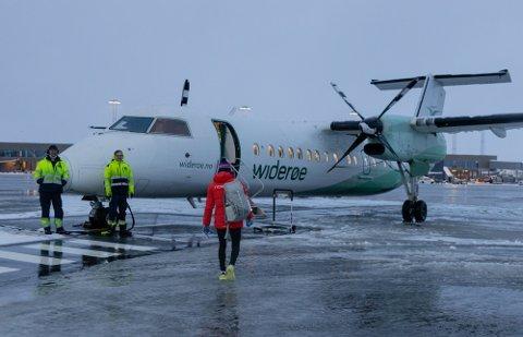 PÅ VEI TIL LAHTI: Therese Johaug og de andre norske landslagsløperne reiser med chartret fly til Finland. Foto: Simen Lønning (Nettavisen)