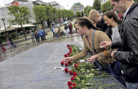 Klokken 1200 markerte AUF 22. juli ved Den blå stein med rosenedleggelse, stillhet og sang av «Til ungdommen».