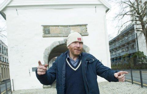 BYGRENSEN: Her ved Stadsporten synes                Steinulf Tungesvik at vi kunne ta bilder. – Der by og land møtte hverandre  i gamle dager, sier han. FOTO: MAGNE TURØY