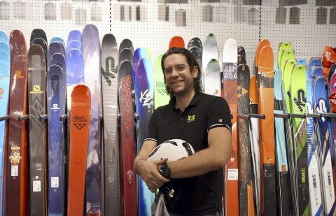 – De siste årene har det vært et stadig større fokus på sikkerhet i skibakken, men også sykling på sommerstid. Bruker du ikke hjelm nå, så ser folk dumt på deg. Tidligere var det nesten omvendt, sier Kristoffer Førrisdahl (35) ved XXL Åsane.