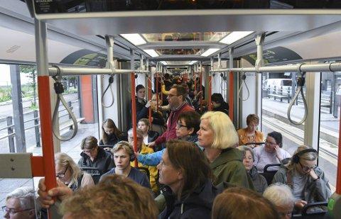Bussane og Bybanen i Bergen er ikkje akkurat kjent for overkapasitet, men fylkesrådmannen meiner likevel det er forsvarleg å senke frekvensen.