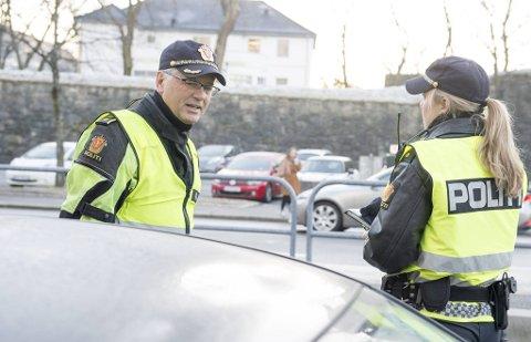 Atle Heradstveit er leder for trafikkseksjonen i Vest politidistrikt. Han forteller at politiet ser utstrakt mobilbruk brak rattet, spesielt blant bilførere som står i kø.