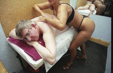George McCoy er på jobb for å teste atter en massasjesalong. Her jobber han på harde livet, med god hjelp av Vicky.