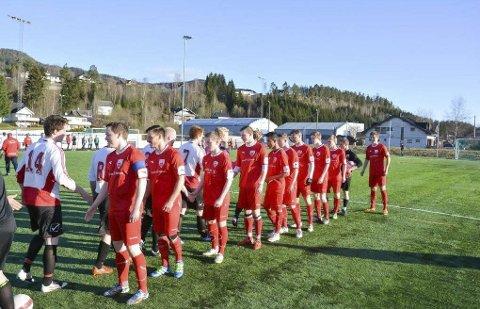 HÅPER PÅ BEDRE TIDER: Vikersund fotball, her i oppgjør mot Sigdal FK i fjor, håper på bedre resultater gjennom høstsesongen.